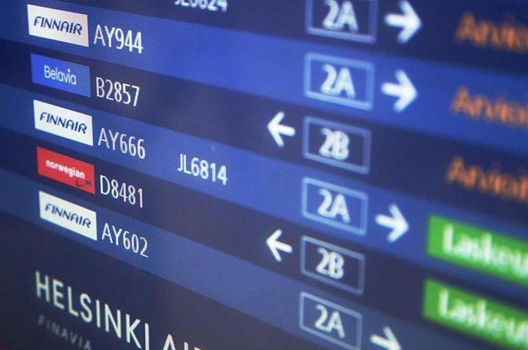 Una pantalla que indica el horario del llegada del vuelo Finnair 666 procedente de Dinamarca. (Foto Prensa Libre: EFE)