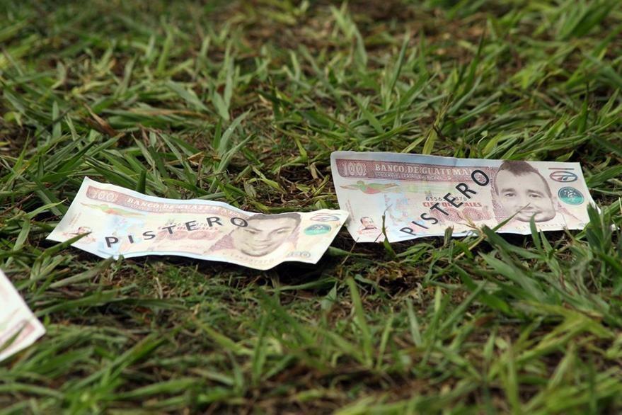 """""""Pistero"""" fue el adjetivo que usaron los aficionados en los billetes. (Foto Prensa Libre: Hugo Oliva)"""