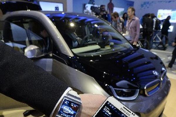 <p>Un expositor muestra un teléfono y un reloj inteligente Samsung mientras estos interactúan con un vehículo eléctrico BMW 3i. (Foto Prensa Libre: EFE)<br></p><p><br></p>