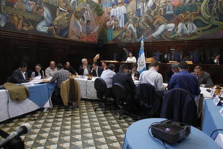 Postuladora del Congreso revisa los expediente de aspirantes a la CC. (Foto Prensa Libre: Paulo Raquec)