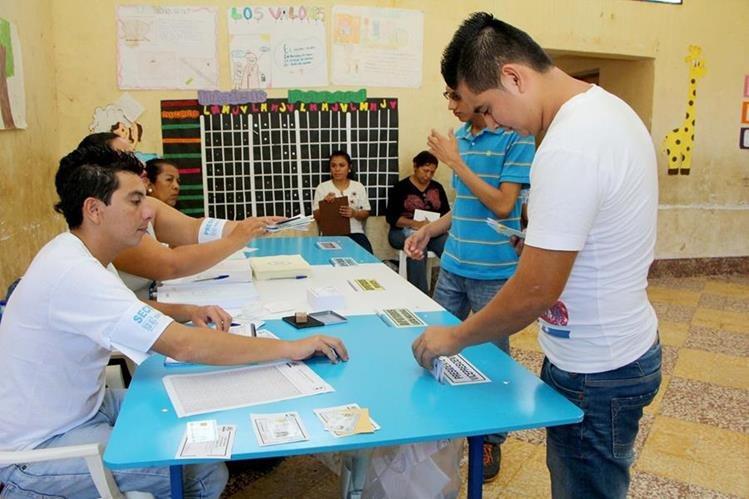 Un vecino de la cabecera de Retalhuleu deposita su voto, durante elecciones generales. (Foto Prensa Libre Rolando Miranda)