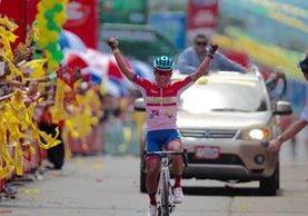 Alfredo Ajcapajá cruza en primer lugar la meta en Chiquimulilla, Santa Rosa. (Foto Prensa Libre: Norvin Mendoza)