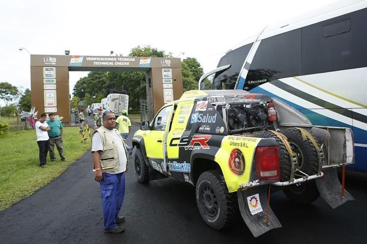 Cientos de vehículos llegan a Asunción para estar preparados en el inicio del Rally. (Foto Prensa Libre: AP)