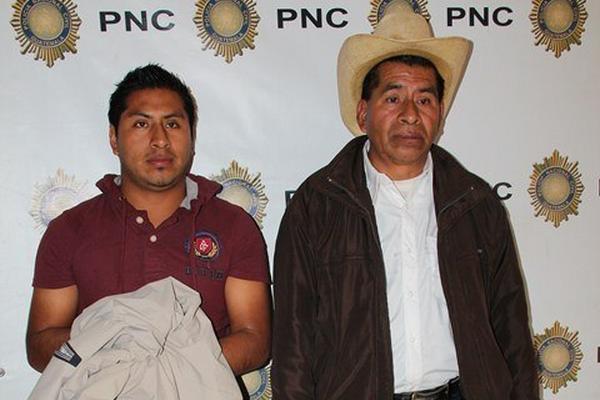 """<p>Padre e hijo capturados en el kilómetro 264 de la ruta Interamericana, en Huehuetenango. (Foto Prensa Libre: Mike Castillo) <br _mce_bogus=""""1""""></p>"""