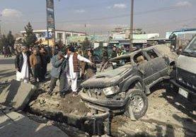 Efectivos de seguridad afganos inspeccionan la escena del atentado. (EFE)
