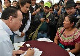 Mario Méndez, ministro de Agricultura, verifica el proceso del Censo Agrícola. (Foto Prensa Libre: Ministerio de Agricultura)