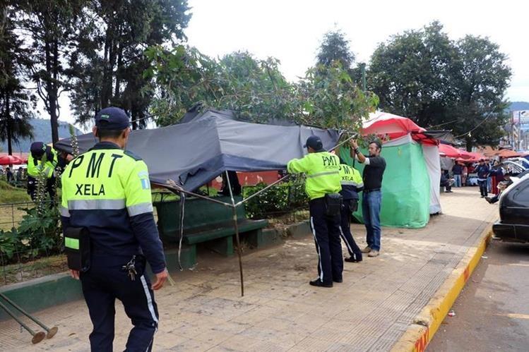 Empleados municipales retiran una de las ventas ubicadas en los alrededores del parque a Benito Juárez. (Foto Prensa Libre: Carlos Ventura).