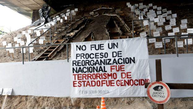 Debajo de la autopista 25 de mayo de la capital argentina se levanta un centro de memoria para recordar a los desaparecidos durante el régimen militar. BBC MUNDO