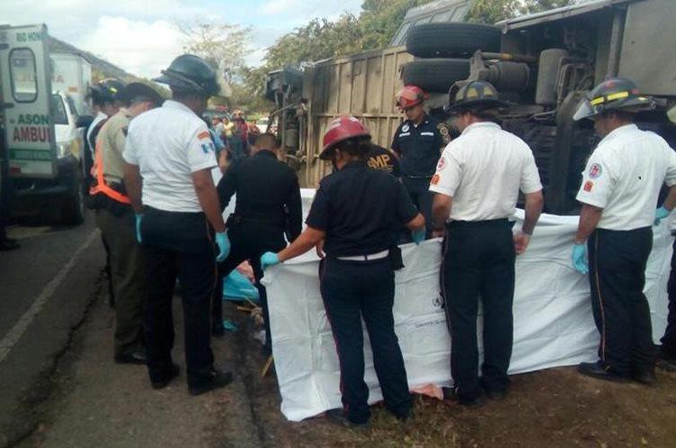 Autoridades efectúan diligencias de ley en el lugar de la tragedia. (Foto Prensa Libre: Mario Morales).