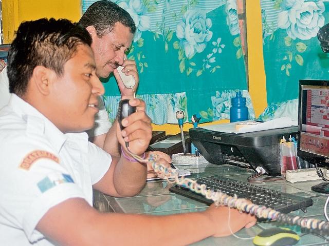 Bomberos voluntarios de San Benito, Petén, han recibido más de dos mil 500 falsas alarmas en lo que va del año. Derecha, socorristas de la estación de La Libertad preparan equipo para atender una emergencia.