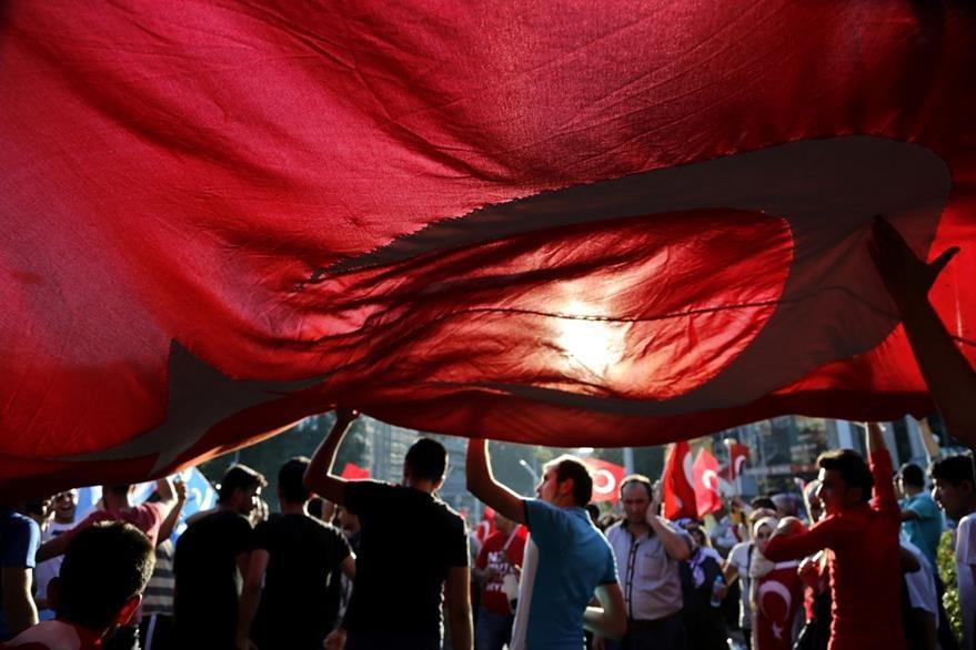 Ciudadanos turcos continúan su protesta en Ankara este sábado. (Foto Prensa Libre: AP).