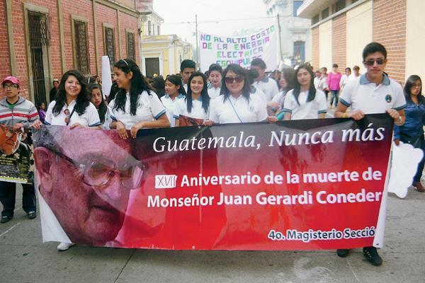 Estudiantes conmemoran en San Marcos el 17 aniversario de la muerte de Juan José Gerardi. (Foto Prensa Libre: Genner Guzmán)