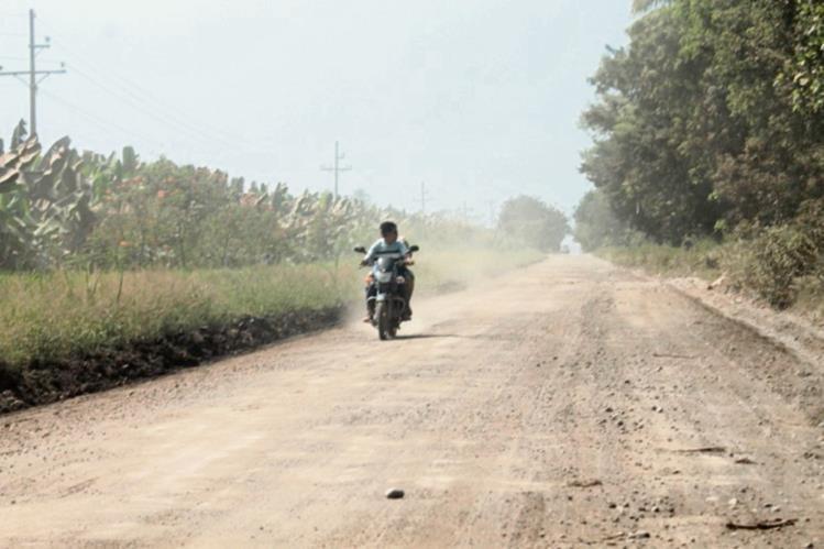 Polvo se levanta por el viento y el desplazamiento de vehículos en un tramo vial en Tiquisate, Escuintla. (Foto Prensa Libre: Enrique Paredes)
