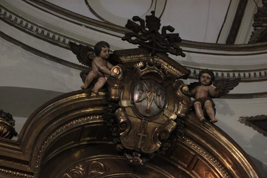 El retablo remata en la parte superior con figuras de ángeles niños que sostienen un emblema que recuerda que la basílica está dedicada a una advocación mariana.  (Foto Prensa Libre: Edwin Castro)