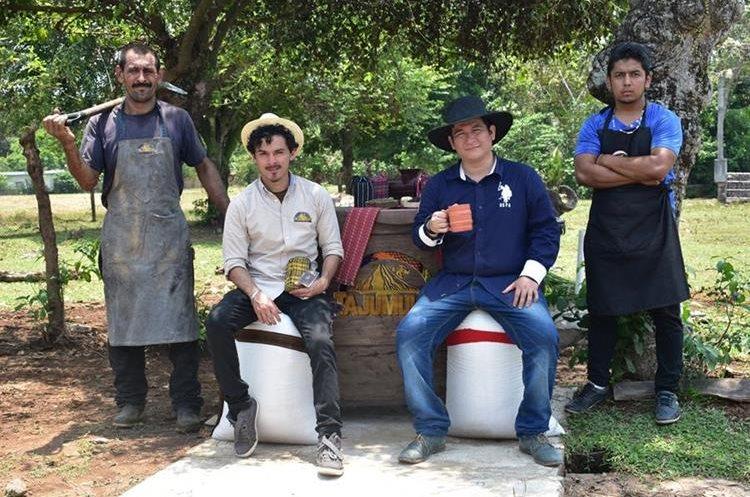 Los creadores de Café Tajumulco, Alberto Sandoval y Juan Ángel de León al centro, junto con los encargados del área de producción. (Foto Prensa Libre: Café Tajumulco)