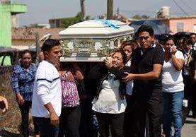 Familiares cargan el féretro de Lester Mateo, el joven migrante que fue asesinado en Estados Unidos. (Foto Prensa Libre: Mike Castillo)