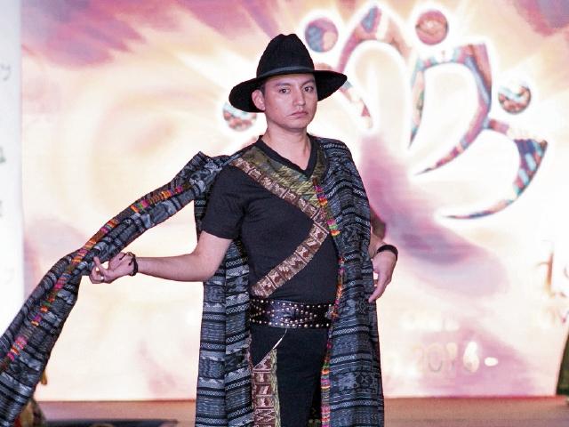 Varios diseños para caballeros fueron presentados en el Jab'el Award's Guatemala Fashion Show. (Foto Prensa Libre: Arturo Álvarez