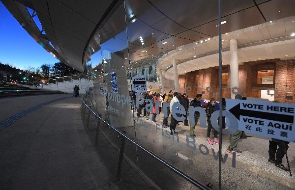 La gente entra a un centro de votación en la ciudad de Nueva York. (AFP).