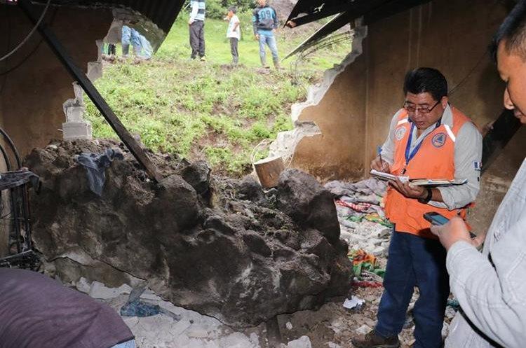 Piedras de gran tamaño cayeron sobre una vivienda en caserío Chipococ, Tecpán Guatemala, Chimaltenango. (Foto Prensa Libre: Víctor Chamalé)