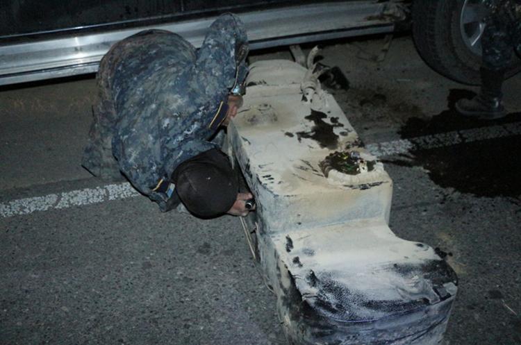 Los dólares iban ocultos a la par del tanque de gasolina. (Foto Prensa Libre: Mike Castillo)