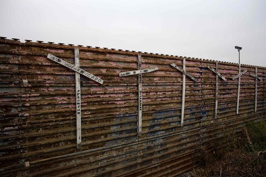 Un mural con cruces en la frontera en homenaje a los miles de inmigrantes que han fallecido en la travesía. (Foto Prensa Libre: AFP).