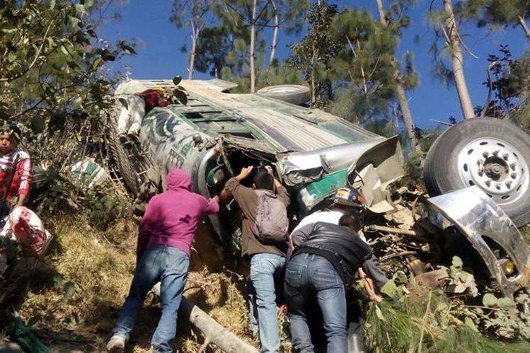 Autobús quedó destruido en accidente en marzo último en Nahualá, Sololá. (Foto Prensa Libre: Hemeroteca PL).