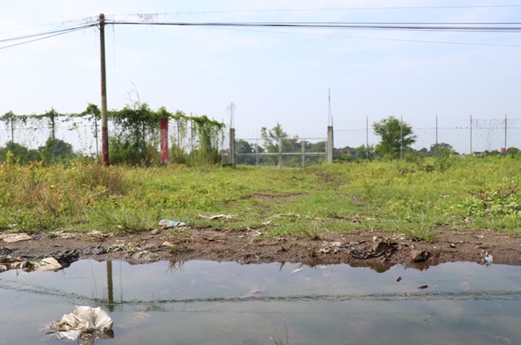 El complejo de Mazatenango está abandonado y la obra del muro perimetral que costó Q800 mil no se ha terminado. (Foto Prensa Libre: Cristian Soto)