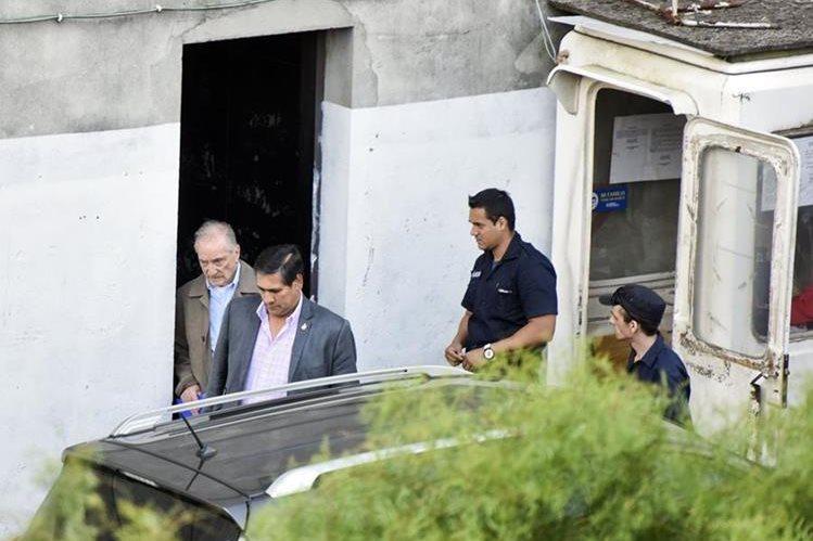 Eugenio Figueredo abandona el hospital en el que estuvo internado por desconpensación. (Foto Prensa Libre: AP).