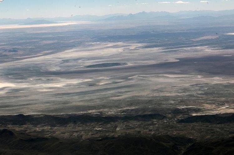 BOL20- ORURO (BOLIVIA).- 14/12/2015.- Vista aérea del lago Poopó hoy, lunes 14 de diciembre de 2015, en Oruro (Bolivia). El segundo lago más grande de Bolivia, el Poopó, está en un proceso desertización en la zona andina del país debido al cambio climático, los fenómenos de El Niño y la Niña y la contaminación minera, afirmaron hoy investigadores y campesinos. EFE/MARTIN ALIPAZ