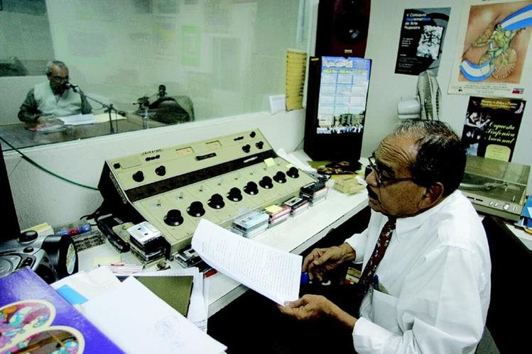 Cabina de transmisión de Radio Faro Cultural, que opera en 104.5 FM. (foto Prensa Libre: Hemeroteca PL).