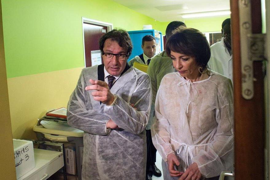 Autoridades del Ministerio de Salud de Francia se movilizan por casos de zika. (AFP)