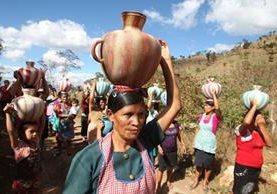 Mujeres que habitan la aldea Volcancito, en Palencia, carecen de los servicios básicos como agua potable la cual tinen que ir a traer a un rio que esta a mas de 5 kilómetros. (Foto Prensa Libre: Hemeroteca)<br />
