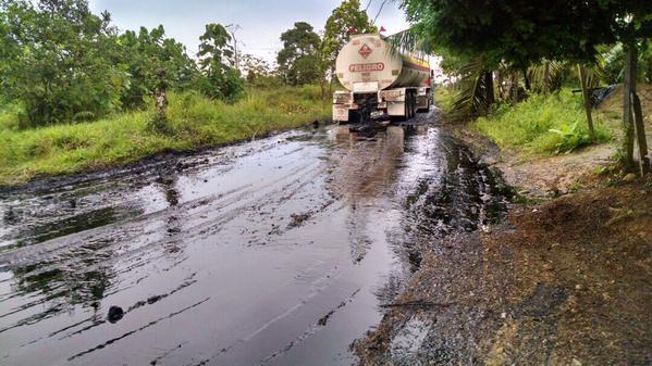 Los camiones quedaron varados a media carretera. (Foto Prensa Libre: Internet).