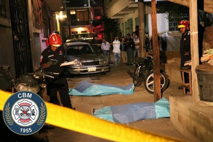 Una pareja murió en un ataque armado en la colonia Villalobos 2, zona 12 de Villa Nueva. (Foto Prensa Libre: Bomberos Municipales).