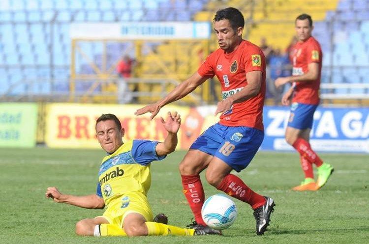 Vícto Matta, de Municiapl disputa el balón en una acción del juego contra Cobán, hoy domingo 30-4-2017 en el estadio Doroteo Guamuch Flores. (Foto Prensa Libre: Francisco Sánchez).