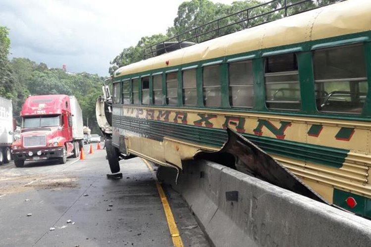 El 4 de septiembre último un autobús causó accidente en la cuesta y tenía tres multas de tránsito. (Foto Prensa Libre: Hemeroteca PL)