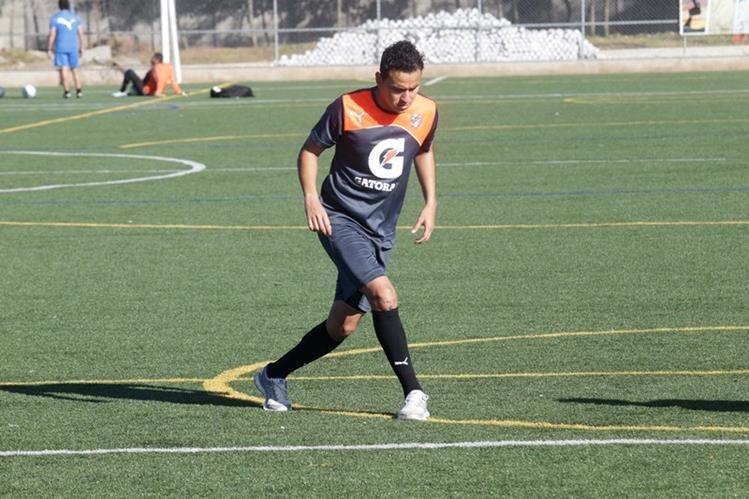 El defensa Rubén Morales volvería mañana a la titularidad con los albos después de una larga ausencia por lesión. (Foto Prensa Libre: Norvin Mendoza).