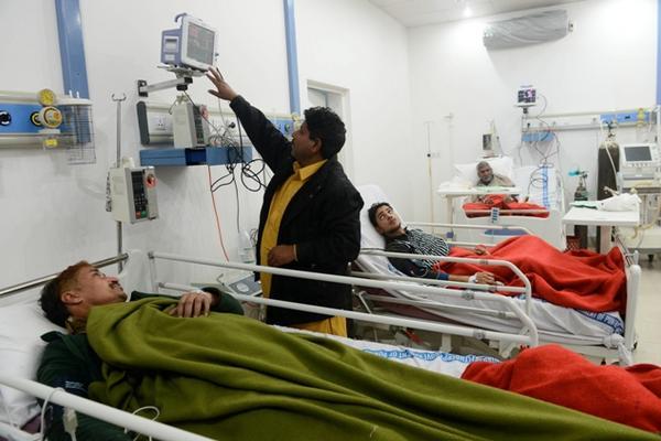 <p>Paramédicos verifican el estado de personas intoxicadas con el jarabe. (Foto Prensa Libre: AFP)</p>