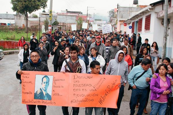 Estudiantes universitarios marchan en San Marcos para pedir renuncia de Pérez Molina. (Foto Prensa Libre: Aroldo Marroquín)