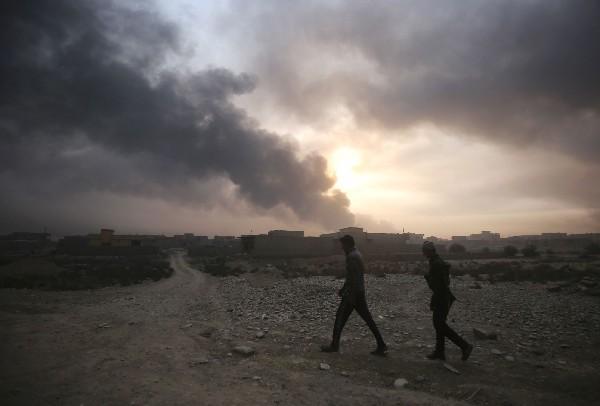 Una columna de humo se observa en Qayyarah, Mosul tras ser recuperada fuerzas iraquíes.(AFP).