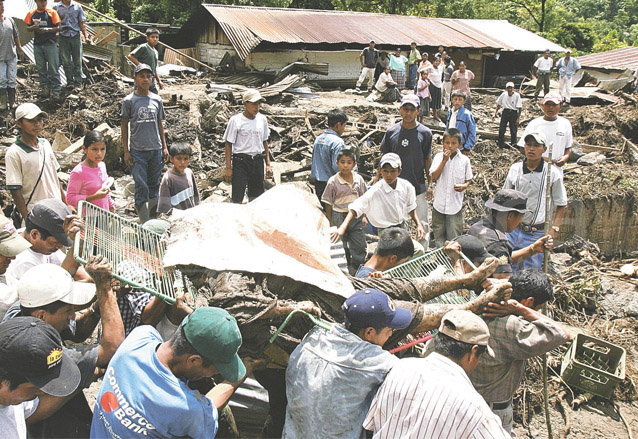 Vecinos de Senahú proceden a quitar escombros luego del alud el 17 de junio de 2005. (Foto: Hemeroteca PL)