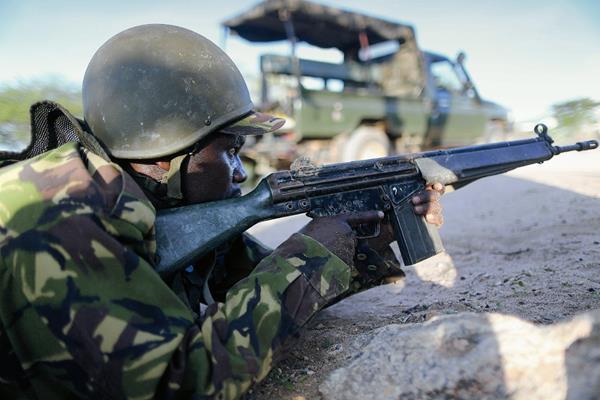 Soldados de las Fuerzas de Defensa de Kenia toman posiciones durante la balacera en la Universidad de Garissa, en el este de Kenia. (Foto Prensa Libre: EFE)