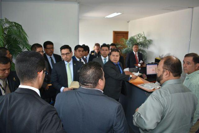 Fiscales, personal de la SAT y directivos de Cardex al momento de la intervención. (Foto Prensa Libre: SAT)