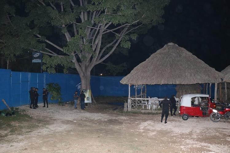 Interior del negocio donde fueron asesinados tres hombres en San Benito, Petén. (Foto Prensa Libre: Rigoberto Escobar).