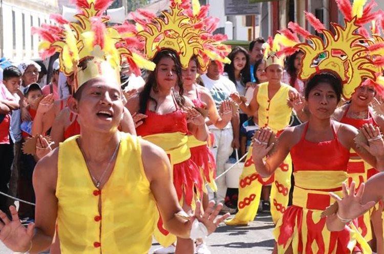 Estudiantes de los diferentes establecimientos educativos presentan bailes. (Foto Prensa Libre: Cristian Icó)
