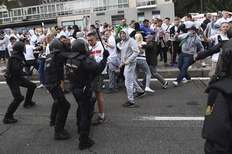 Agentes de la policía intentan controlar a aficionados del Legia de Varsovia antes del comienzo del partido contra el Real Madrid. (Foto Prensa Libre: EFE).