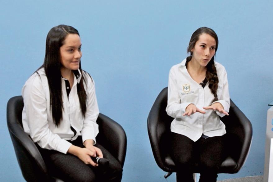 Hillary Meda   y Ana Teresa Ruiz explican la importancia de reciclar en el hogar. (Foto Prensa Libre: Yadira Montes).