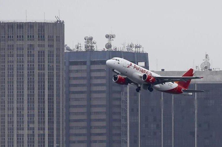 La aerolínea suspendió el sábado sus vuelos luego de denunciar el acercamiento de una nave militar a uno de sus aviones.