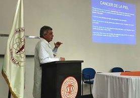 Wálter García, oncólogo del Incan, habla sobre la importancia de prevenir el cáncer de piel. (Foto Prensa Libre: Yanira Alvizurez)