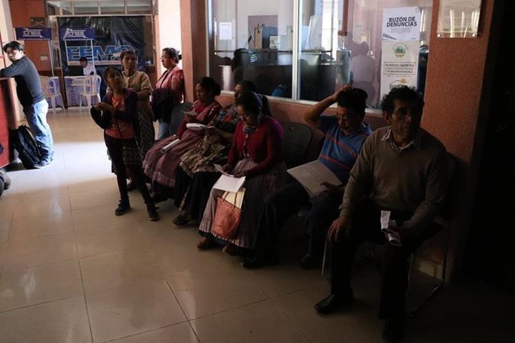 Debido a la suspensión del suministro, decenas de usuarios tuvieron que esperar más de una hora para ser atendidos en la oficina de EEMQ. (Foto Prensa Libre: María Longo)